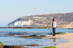 渔夫在冬天早晨抓在一转动的一条鱼 图库摄影