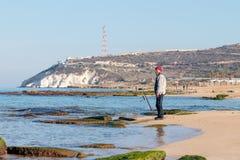 渔夫在冬天早晨抓在一转动的一条鱼 库存照片