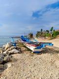 渔夫在印度洋岸的小船piroga 努沙Dua,巴厘岛,印度尼西亚 免版税库存照片