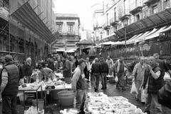 渔夫在历史的鱼市上在卡塔尼亚 免版税库存图片
