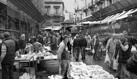 渔夫在历史的鱼市上在卡塔尼亚 库存照片