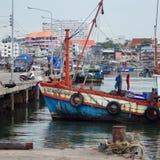 渔夫在口岸,泰国的小船相接 免版税库存图片