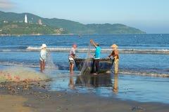 渔夫在小船的网络安置在去钓鱼的前 越南 免版税库存图片