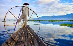 渔夫在日出的,掸邦,缅甸Inle湖 免版税图库摄影