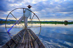 渔夫在日出的Inle湖 免版税库存照片