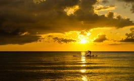 渔夫在日落的剪影渔 免版税图库摄影