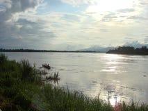 渔夫在晚上太阳光的Mae Khong河 库存图片