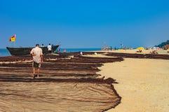 渔夫在果阿,印度烘干了他的老渔夫` s网 库存图片