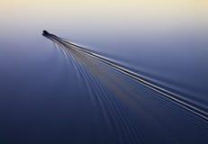 渔夫在汽船,河,湖,海,日落,日出漂浮 库存照片