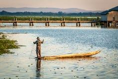 渔夫在泰国,在他的小船的清早 免版税库存照片