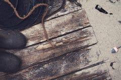 渔夫在海滩的木板走道特写镜头与沙子 库存图片
