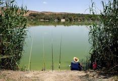 渔夫在湖钓鱼 库存照片