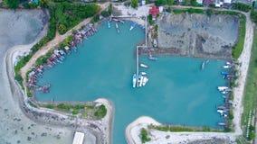 渔夫在热带海岛上的村庄小游艇船坞鸟瞰图  免版税库存照片