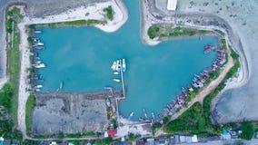 渔夫在热带海岛上的村庄小游艇船坞鸟瞰图  库存照片