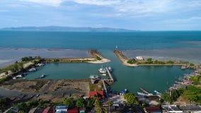 渔夫在热带海岛上的村庄小游艇船坞鸟瞰图  库存图片