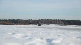 渔夫在积雪的冰去 股票视频