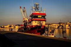 渔夫在老小游艇船坞保护 库存照片