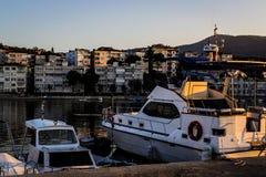 渔夫在老小游艇船坞保护 免版税库存图片