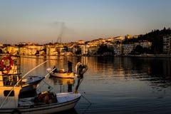 渔夫在老小游艇船坞保护 免版税库存照片
