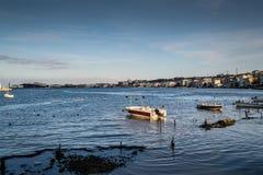 渔夫在老小游艇船坞-土耳其保护 免版税库存照片