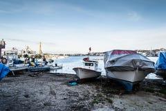 渔夫在老小游艇船坞-土耳其保护 图库摄影