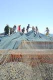 渔夫在芽庄市海湾的海收集拖网抓的金枪鱼 免版税库存图片