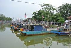 渔夫在跳船的小船相接 免版税图库摄影