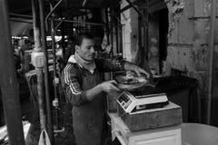 渔夫在陈列捉住了在鱼市上 免版税库存照片