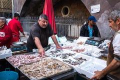 渔夫在陈列捉住了在鱼市上 图库摄影