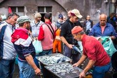 渔夫在陈列捉住了在鱼市上 库存图片
