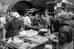 渔夫在陈列捉住了在鱼市上 库存照片
