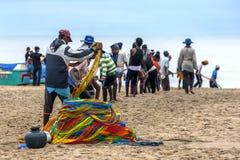 渔夫在他们的在Pottuvil海滩的网拖拉在斯里兰卡在清早 免版税库存图片