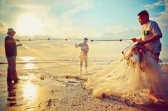 渔夫在Beserah海滩,关丹,马来西亚附近完成他们的工作 免版税图库摄影