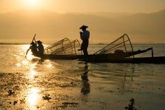 渔夫在Inle湖抓食物的鱼在日出 库存图片