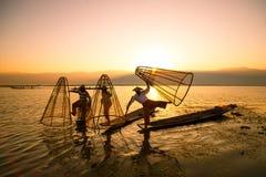 渔夫在Inle湖抓食物的鱼在日出 图库摄影