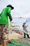 渔夫在Ly儿子海岛去除鲥鱼钓鱼从他们的网开始一个新的工作日 免版税库存图片