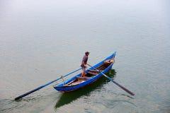 渔夫在O贷款盐水湖, Phu Yen,越南回家 免版税库存图片