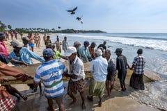 渔夫在Uppuveli进站他们的在海滩的捕鱼网在斯里兰卡 图库摄影