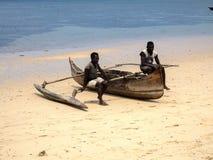 渔夫坐一条传统小船, Nosi是,马达加斯加 库存照片