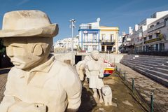 渔夫家庭雕象在阿尔布费拉市 免版税库存照片