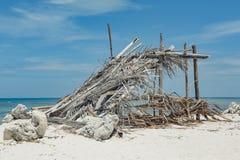 渔夫小屋由竹子制成在海滩离开 免版税库存图片