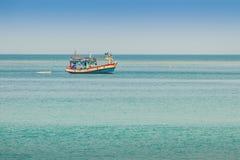 渔夫小船和Naiyang美好的海景视图靠岸, 免版税库存照片