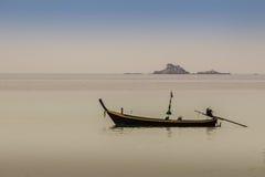 渔夫小船和Naiyang美好的海景视图靠岸, 免版税图库摄影