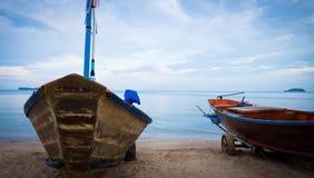 渔夫小船在海滩停止了在日落的工作以后 免版税图库摄影