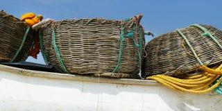 渔夫小船细节,有网和篮子的 免版税库存照片