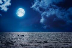 渔夫小船航行在晚上 库存图片