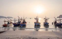 渔夫工作在早晨 免版税库存照片