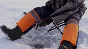 渔夫抓一条鱼在冰下 鱼捕鱼冰谎言俄国transbaikalia捕捉冬天 股票录像