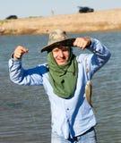 渔夫抓了在结尾杆的鱼 库存图片