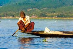 渔夫抓住鱼12月5日 库存照片